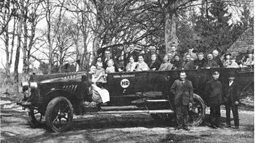 Urlaubsgäste aus Hamburg treffen im Erholungsheim des Gemeinde- und Staatsarbeiterverbandes in Undeloh ein, um 1925
